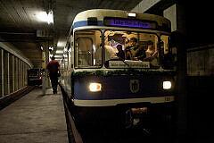 Fahrt in der Party-U-Bahn: warten auf die Weiterfahrt am Harthof