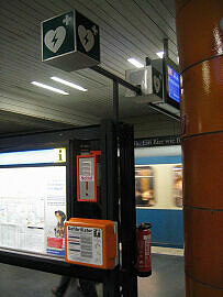 Defibrilator im U-Bahnhof Universität