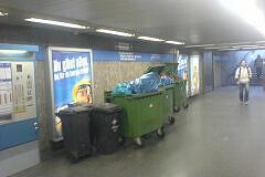 Von der Feuerwehr aus dem Müllraum entfernte Tonnen