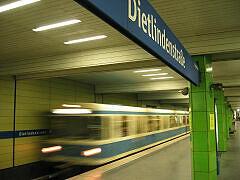 Einfahrender A-Zug im U-Bahnhof Dietlindenstraße