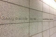 Schriftzug zum Gedenken an Georg Brauchle im Bahnhof Georg-Brauchle-Ring