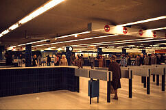Fahrgastandrang im Sperrengeschoss am Marienplatz im Jahr 1974