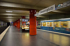 U-Bahnhof Odeonsplatz mit Bahnsteigkiosk