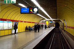 Einfahrt in den U-Bahnhof Sendlinger Tor