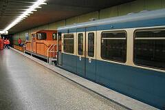 Nach Entgleisung am Michaelibad steht Wagen 367 schleppfertig am Bahnsteig