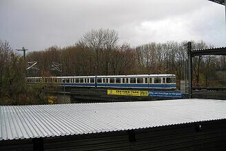 Wagen 103 und 104 auf dem Güternordring über der eingehausten Trasse der U6