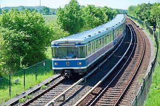 A-Wagen 131 bei der Einfahrt in den Bahnhof Garching-Hochbrück