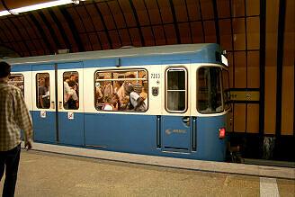 A-Wagen 203 im U-Bahnhof Theresienwiese