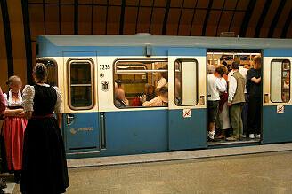 A-Wagen 235 im U-Bahnhof Theresienwiese