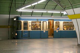 A-Wagen 242 im U-Bahnhof Odeonsplatz