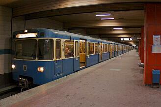 A-Wagen 306 im U-Bahnhof Harras