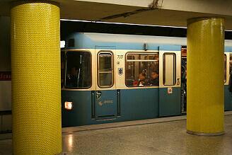 A-Wagen 317 im U-Bahnhof Fraunhoferstraße