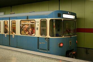 A-Wagen 326 im U-Bahnhof Michaelibad