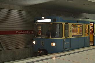 A-Wagen 332 im U-Bahnhof Messestadt Ost