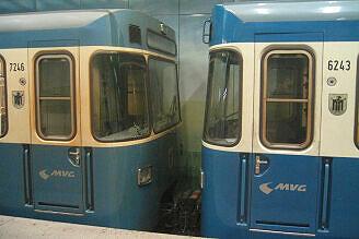 Zwei Fahrzeuge mit gleich alter Lackierung - rechts nach Grundreinigung