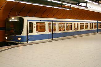 B-Wagen 523 im U-Bahnhof Marienplatz