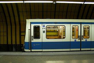 B-Wagen 565 an der Theresienwiese – Garchinger Stadtwappen + Münchner Kindl