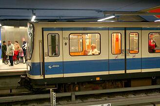 B-Wagen 572 im U-Bahnhof Olympia-Einkaufszentrum