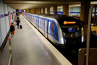 C2-Zug 701 im Bahnhof Nordfriedhof