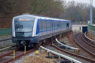 C2-Zug 702 bei der Einfahrt zum U-Bahnhof Studentenstadt