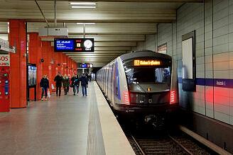C2-Zug 712 im U-Bahnhof Giselastraße