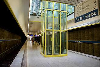 Aufzug im U-Bahnhof Basler Straße