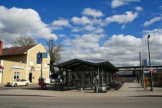 Zugang zum U-Bahnhof Feldmoching noch mit altem Bahnhofsgebäude