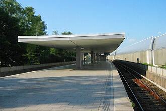 U-Bahnhof Freimann vor dem Umbau, rechts die Lärmschutzwand der A9