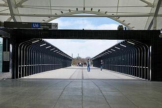 Nördlicher Fußgängersteg am U-Bahnhof Fröttmaning, Blick Richtung Allianz Arena