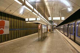 U-Bahnhof Fürstenried West mit eingefahrenem C-Zug