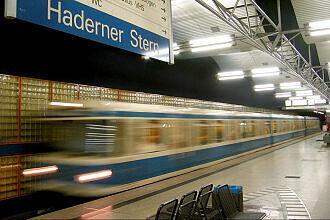 Einfahrender A-Wagen im U-Bahnhof Haderner Stern