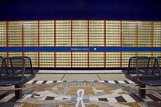 Glasbausteinwand und Bodenmosaik von Ricarda Dietz im U-Bahnhof Haderner Stern