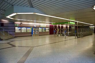Nördliches Sperrengeschoss im U-Bahnhof Harthof
