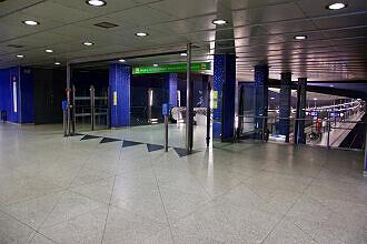 Westliches Sperrengeschoss im U-Bahnhof Hasenbergl