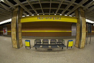 Sitzgruppe im U-Bahnhof Heimeranplatz