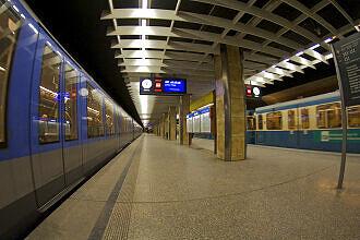 Heimeranplatz mit zwei wartenden Zügen