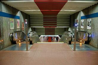 Westlicher Bahnsteigzugang zum U-Bahnhof Harras