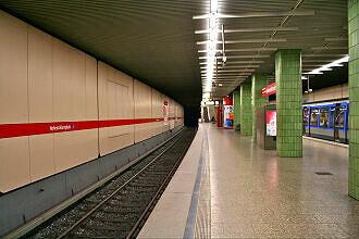 U-Bahnhof Hohenzollernplatz noch mit ursprünglicher Säulenverkleidung