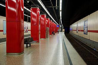 Einfahrender B-Wagen im U-Bahnhof Hohenzollernplatz