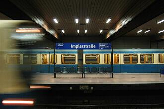 Wartender A- und einfahrender B-Wagen im U-Bahnhof Implerstraße