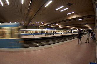 Einfahrender Zug im U-Bahnhof Implerstraße