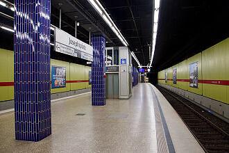 Ausfahrender A-Wagen im U-Bahnhof Josephsplatz