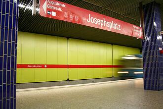 U-Bahnhof Josephsplatz mit einfahrendem A-Wagen
