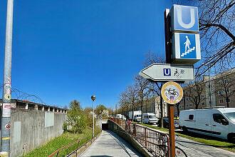 Zugangsrampe zum U-Bahnhof Karl-Preis-Platz von der Claudius-Keller-Straße aus