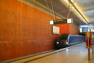 Einfahrender C-Zug im Bahnhof Messestadt West