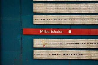 Details der Hintergleiswand im U-Bahnhof Milbertshofen