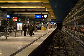 Bahnhofseinfahrt am Olympia-Einkaufszentrum (U3)