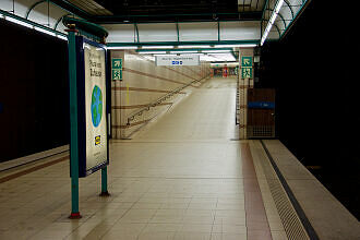 Rampe zum östlichen Sperrengeschoss im U-Bahnhof Obersendling