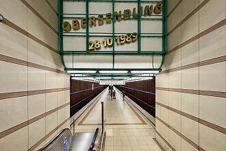 U-Bahnhof Obersendling mit Eröffnungsdatum im westlichen Zugang