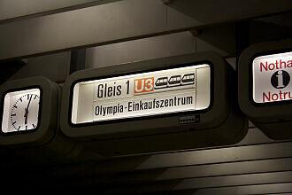 Alter Zugzielanzeiger im U-Bahnhof Olympiazentrum
